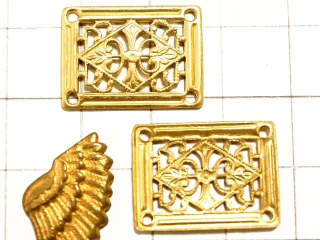 MF626JJ フィリグリー 長方形 4穴 真鍮<br>四隅にホール穴がある、端正なメタルパーツ。<br>コネクターやシャンデリアパーツとしても使えそうです。<br><br>画像のマス目は1cm四方です。大きさの目安にして下さい。真鍮スタンピングは色合いの目安にどうぞ。<br>14.8mm×20mm 高さ 1.2mm<br>